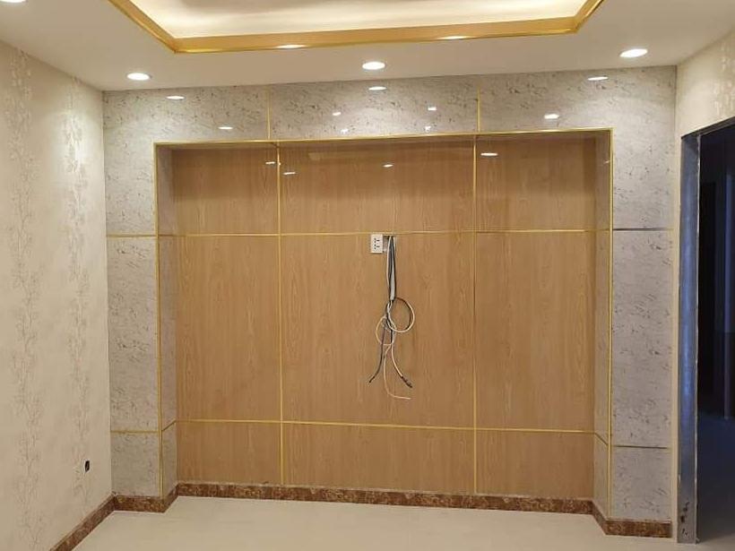 Tấm PVC vân đá ốp phòng khách (màu vàng nâu)